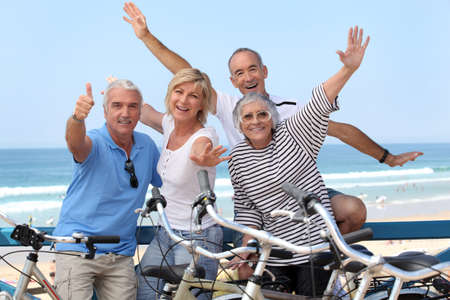 gruppo di persone anziane in bici