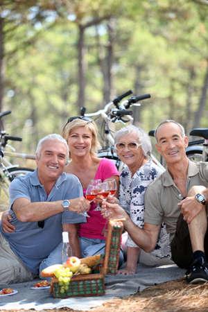 persone anziane durante il pic-nic