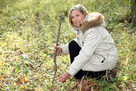 cerveza negra: Mujer de caza de setas silvestres