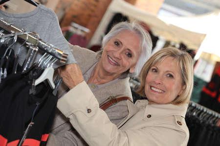 chicas de compras: La mujer madura de compras.