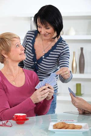 jeu de carte: Les femmes jouent aux cartes