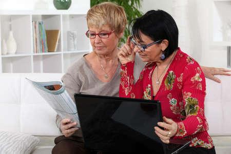 mujeres mayores: Las mujeres mayores con equipo Foto de archivo