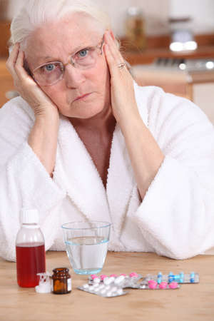 crestfallen: Una mujer de mal humor de tomar su medicamento