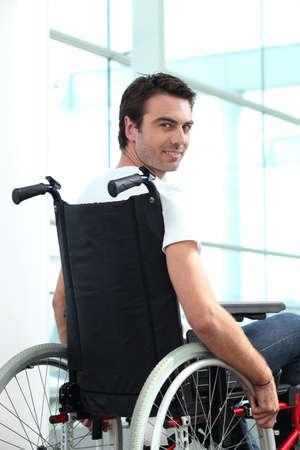 persona en silla de ruedas: Los trabajadores discapacitados la oficina masculina