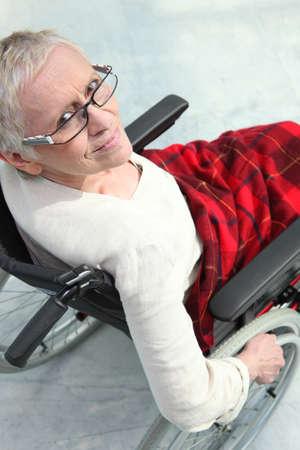 paraplegico: Una anciana en silla de ruedas