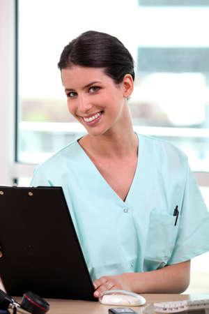 administrativo: Enfermeira na frente do computador