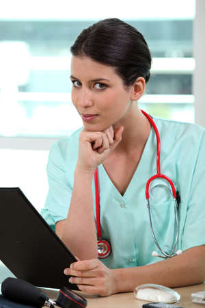 estetoscopio corazon: Mujeres médico con portapapeles