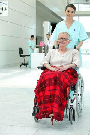 persona en silla de ruedas: V�lida la mujer en el hospital