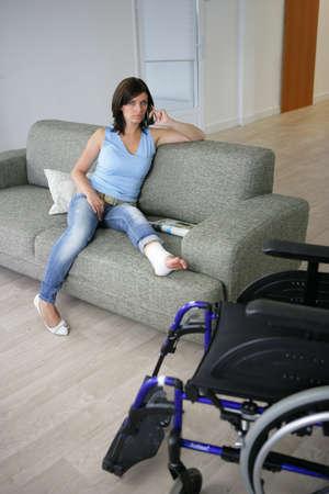 pierna rota: Mujer con su pierna enyesada