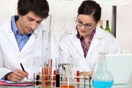 assistent: Two scientists in laboratory