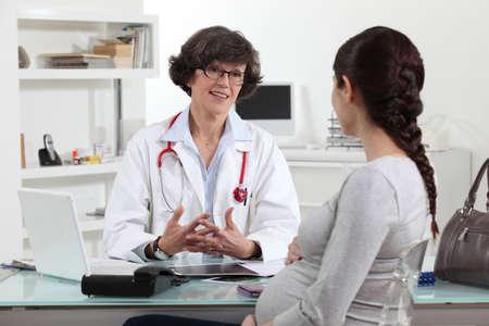 consulta m�dica: Mujer embarazada en el nombramiento de los m�dicos