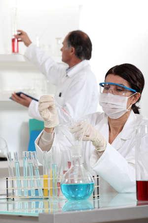 riesgo biologico: Los técnicos de laboratorio Foto de archivo
