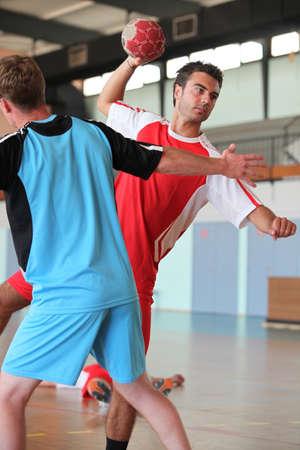 balonmano: Hombre lanzar la pelota durante el juego de balonmano