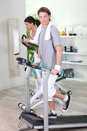 hombres haciendo ejercicio: Gimnasia en parejas
