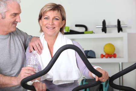 firmness: pareja de alto nivel de entrenamiento en el gimnasio