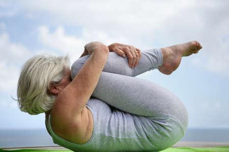 fetal: Donna in possesso di una posizione yoga Archivio Fotografico