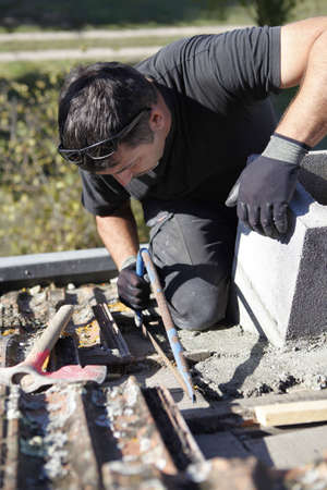 workingman: Roofer duro en el trabajo