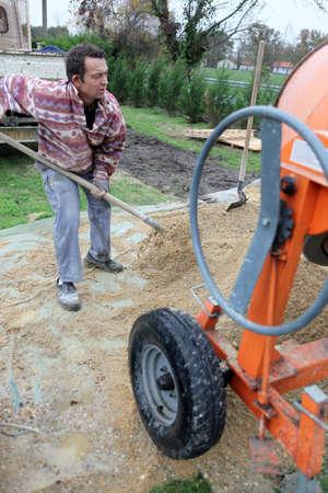 obrero: Trabajador con pala la arena