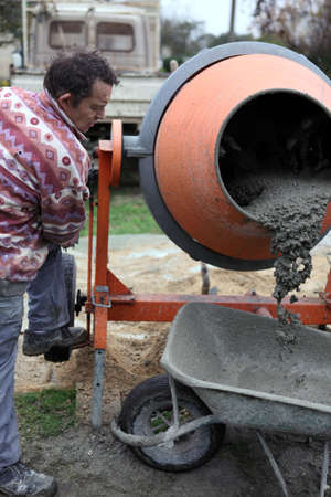 mounter: Builder using a cement mixer