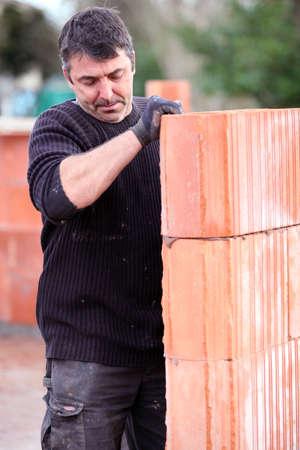 Mason construcción de un muro Foto de archivo - 14212715