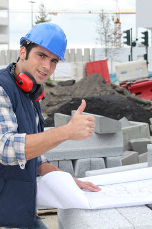 qualified worker: Construction worker giving the thumbs up