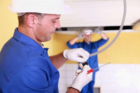 Twee elektrotechnici werken