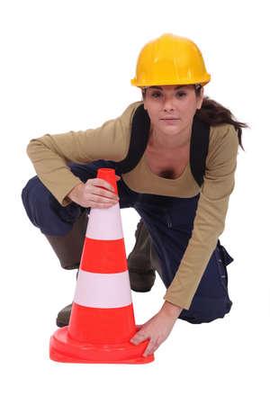 obrero: Trabajador colocación de un poste de tráfico