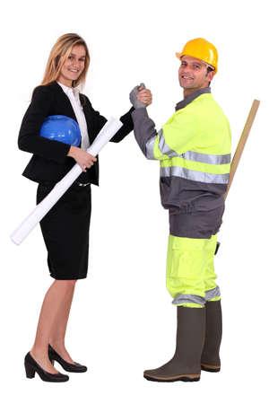 pacto: Ingeniero y trabajador de la construcci�n haciendo un pacto