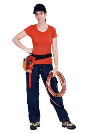koperen leiding: Loodgieter met koperen buis Stockfoto