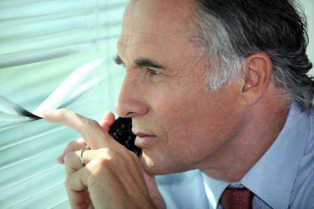 investigacion: Hombre mirando a trav�s de algunas persianas