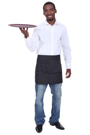 delantal: Camarero vestido de manera informal con una bandeja de bebidas Foto de archivo