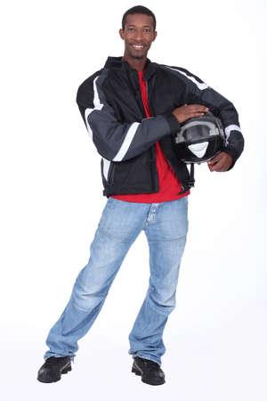 motociclista: Motociclista llevaba chaqueta negro y casco