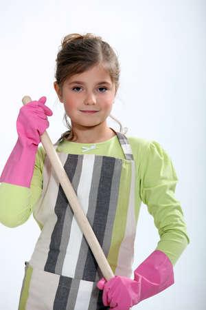 delantal: niña linda vestida como una señora de la limpieza