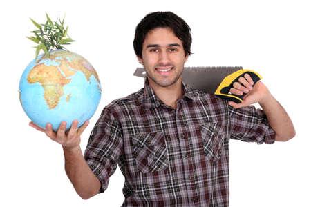 planeta tierra feliz: Hombre con una sierra y un globo Foto de archivo