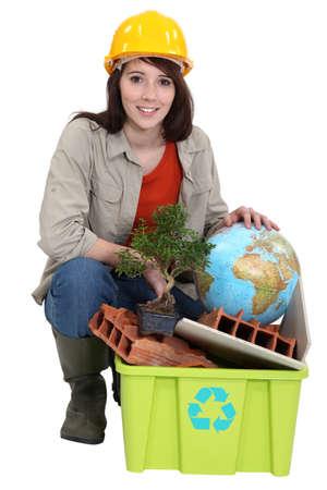 reciclable: Constructor de sexo femenino con los residuos reciclables