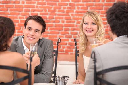 Deux couples sur double rendez-vous Banque d'images - 15234406