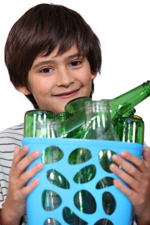 botellas vacias: Boy con botellas vacías