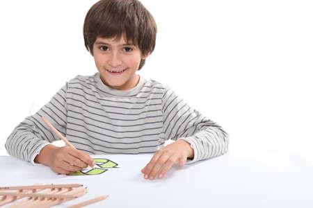 niños reciclando: Dibujo de niño pequeño logo de reciclaje Foto de archivo