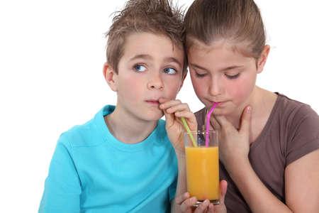 the thirst: I bambini che bevono un bicchiere di succo d'arancia