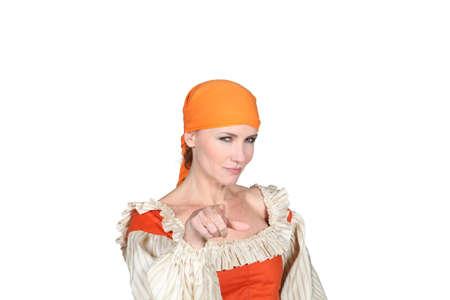 mujer pirata: retrato de una mujer en traje de pirata