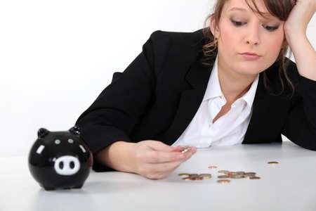 bookkeeper: Mujer contando sus centavos Foto de archivo