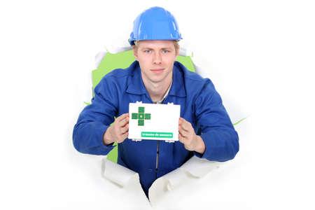 botiquin primeros auxilios: Workman mostrando botiqu�n de primeros auxilios
