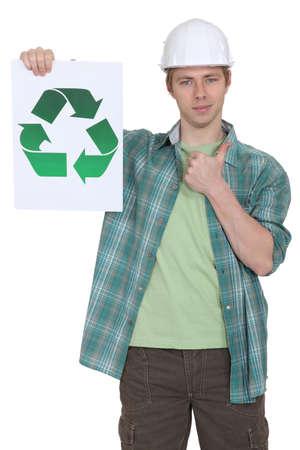 logo reciclaje: trabajador con el pulgar hasta la celebraci�n de cartel que indique logo de reciclaje