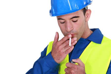 tabaco: Mason con cigarrillo encendido