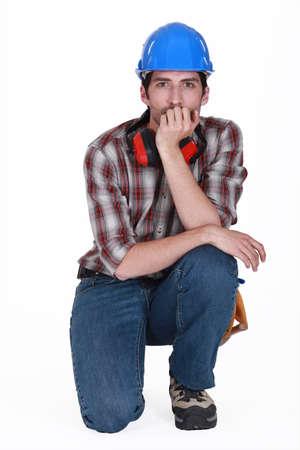 anti noise: artigiano casco con cuffie isolato su bianco