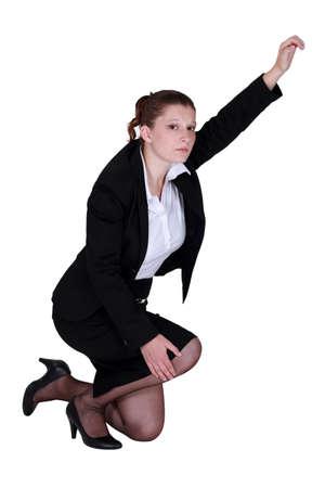 mujer arrodillada: mujer con la pierna lesionada pedir ayuda