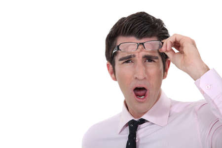 sgomento: L'uomo tenendo gli occhiali in sgomento Archivio Fotografico