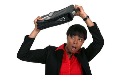 unexpectedness: Mujer que protege su cabeza con una maleta Foto de archivo