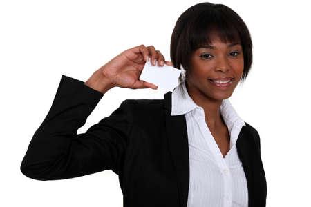 Donna di affari con una scheda lasciata in bianco per i vostri dati