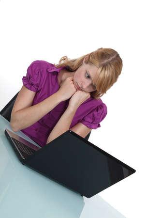 sadly: Impiegato guardando tristemente il suo computer portatile Archivio Fotografico